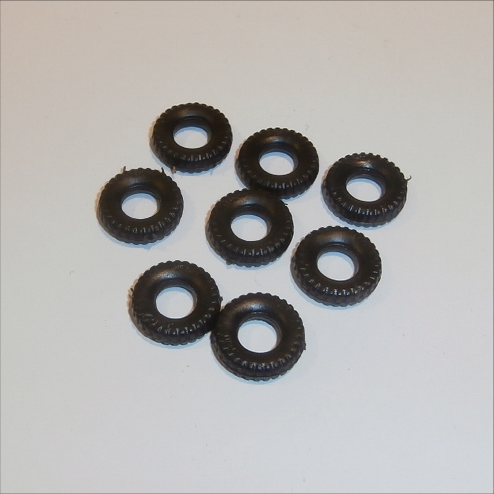 ---15mm 8 DINKY TOY new black rubber round TREAD TIRES